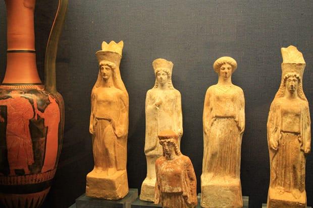 Atene-Museo-Benaki - Statuette-di-terracotta