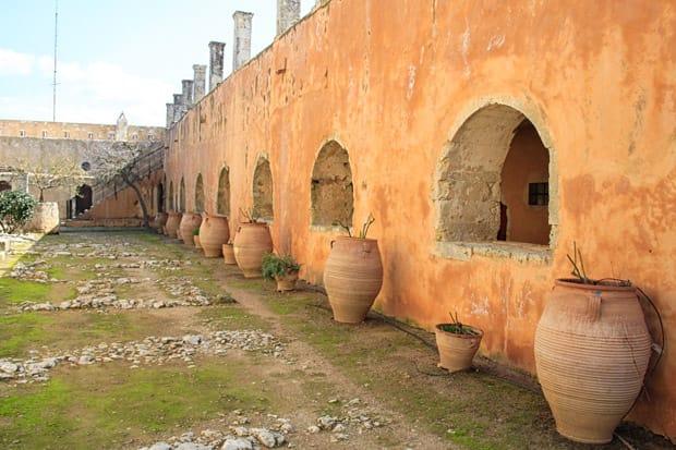 cortile monaci monastero di arkadi creta