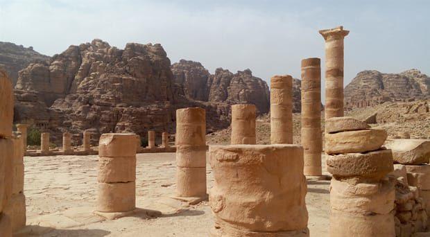 petra-cosa-vedere-strada-delle-colonne-arche-travel