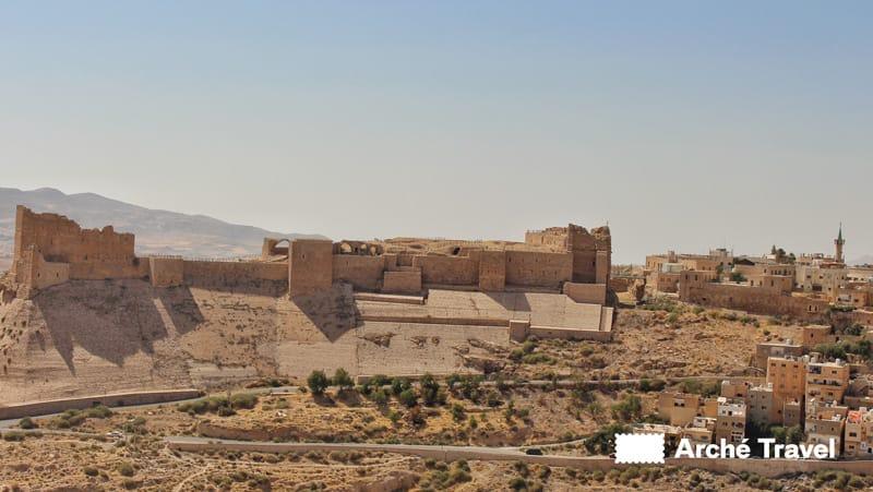 Situato a pochi km di distanza dal Monte Nebo, il Castello di Al-Karak è uno dei meglio conservati esempi di architettura crociata. Prima di tutto, si caratterizza per i suoi diversi stili, tra i quali europeo, bizantino e arabo. Inoltre, il profondo fossato ha protetto il del castello dagli attacchi nei secoli. Internamente, la struttura è costituita da strette gallerie, illuminate da piccole feritoie. Oggi, nella corte interna, è possibile visitare il Museo Archeologico di Al-Karak,recentemente rinnovato da importanti lavori di ristrutturazione.